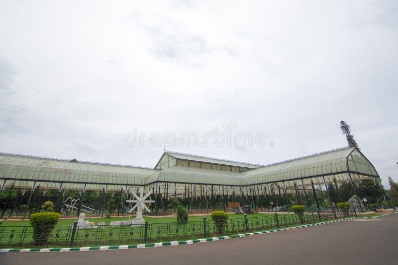 Vista lateral de la casa de cristal famosa en el jardín botánico de Lalbagh, Bangalore, Karnataka, la India fotografía de archivo