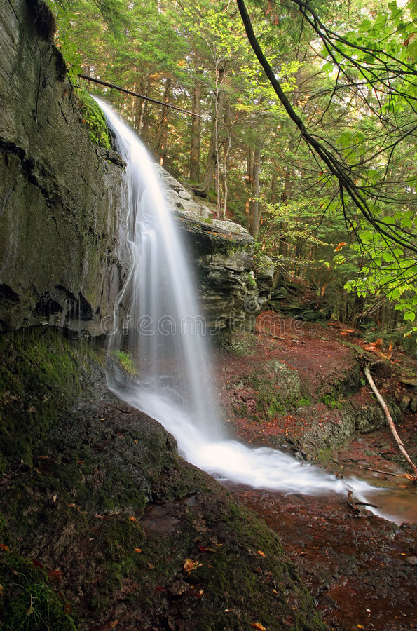 Vista lateral de la cascada fotografía de archivo libre de regalías