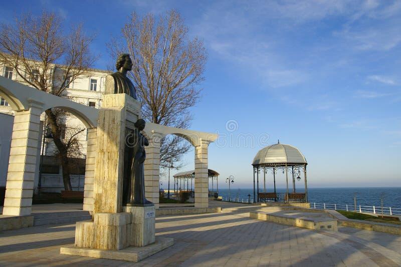 Vista lateral de la estatua de Mihai Eminescu, gran escritor rumano imagen de archivo libre de regalías