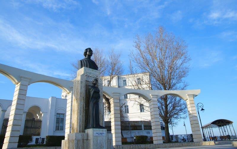 Vista lateral de la estatua de Mihai Eminescu, gran escritor rumano imágenes de archivo libres de regalías