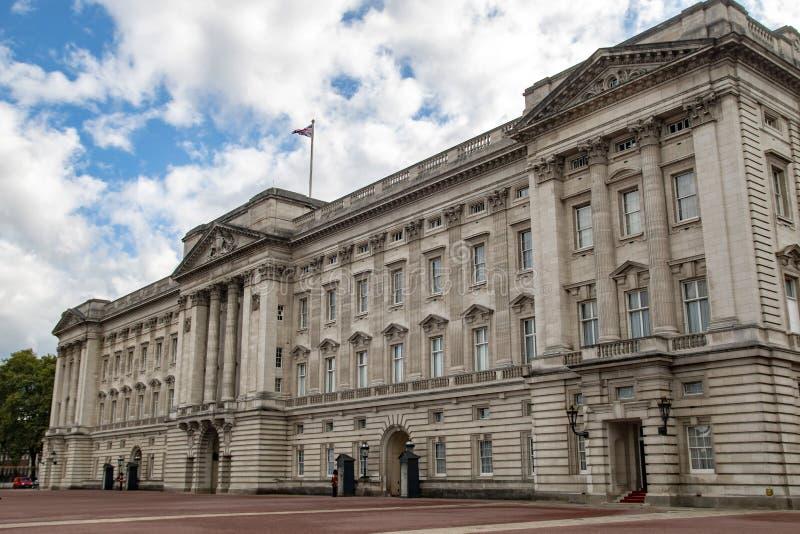 Vista lateral de la fachada del Buckingham Palace foto de archivo libre de regalías