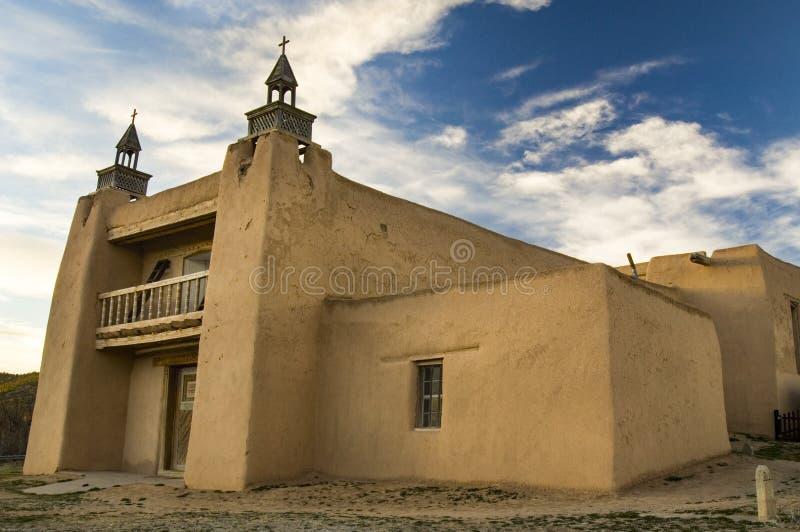 Vista lateral de la iglesia del adobe de San José de Gracia en Las Trampas fotografía de archivo libre de regalías