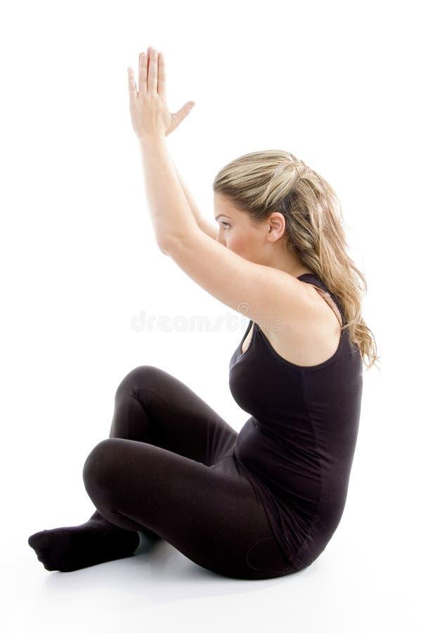 Vista lateral de la muchacha que hace yoga fotografía de archivo libre de regalías