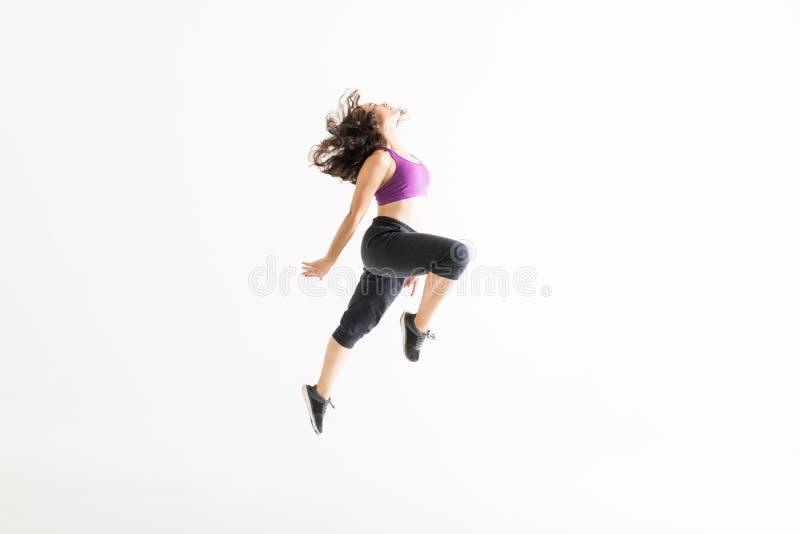 Vista lateral de la mujer enérgica Jazz Dance de ejecución fotos de archivo