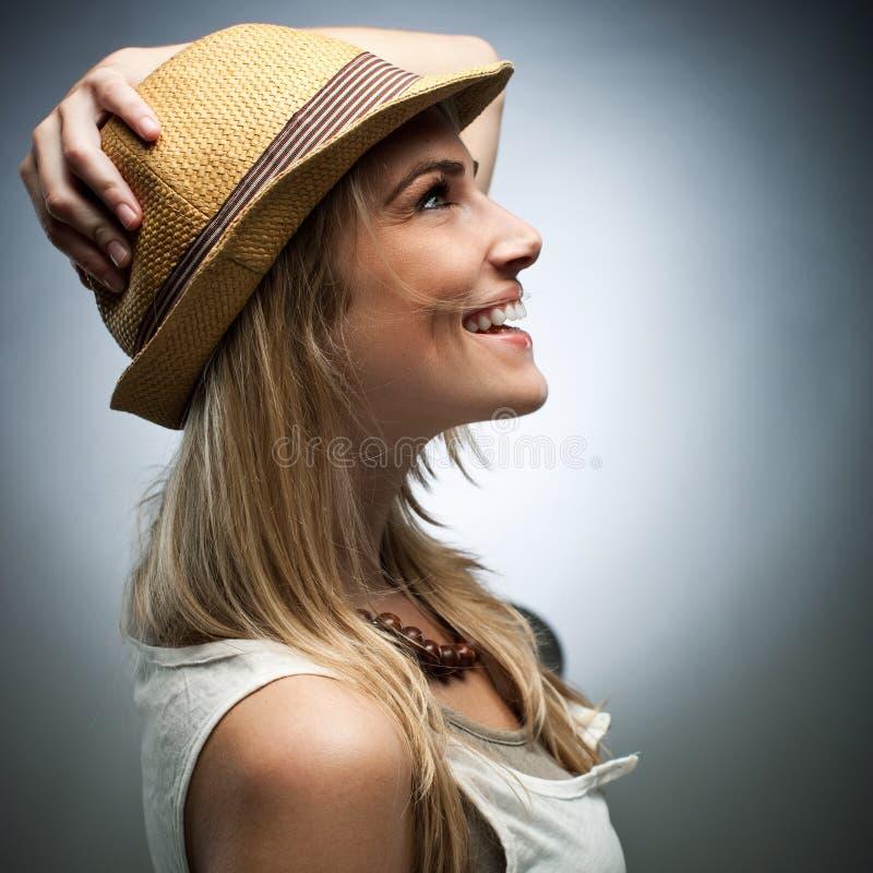 Vista lateral de la mujer feliz en traje de moda imagenes de archivo