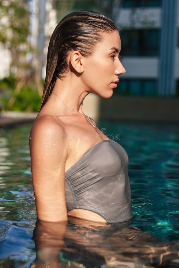 vista lateral de la mujer joven mojada atractiva imágenes de archivo libres de regalías