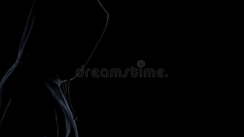 Vista lateral de la situación de la silueta del gamberro contra el fondo oscuro, cierre para arriba fotos de archivo libres de regalías