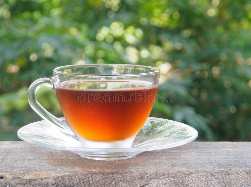 Vista lateral de la taza de té sobre la madera imagen de archivo