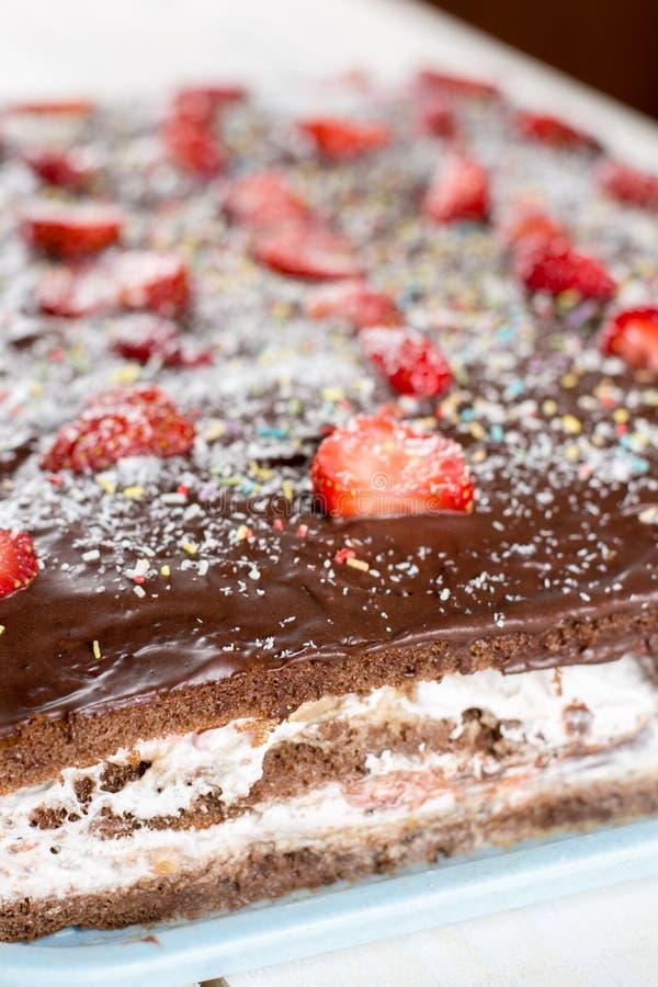 Vista lateral de la torta de chocolate cortada con las fresas frescas fotos de archivo libres de regalías