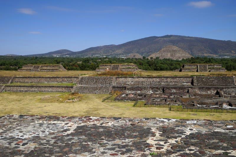 Vista lateral de las pirámides del Sun y de la luna, complejo arqueológico de Teotihuacan méxico imagen de archivo