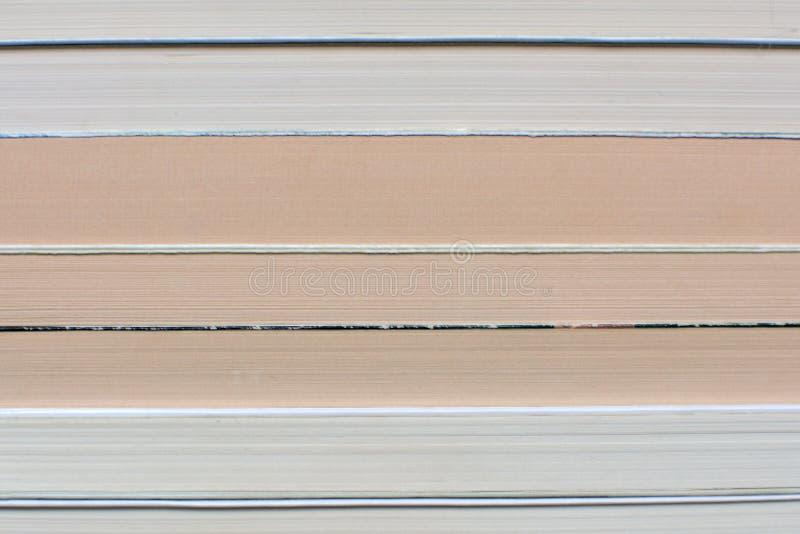 Vista lateral de libros apilados viejos y amarilleados múltiples foto de archivo libre de regalías