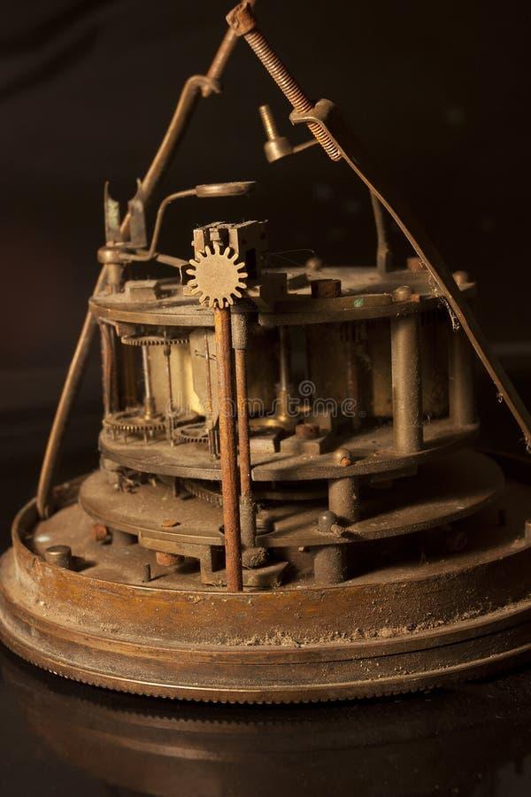 Vista lateral de los dientes y del mecanismo de un reloj antiguo imagen de archivo