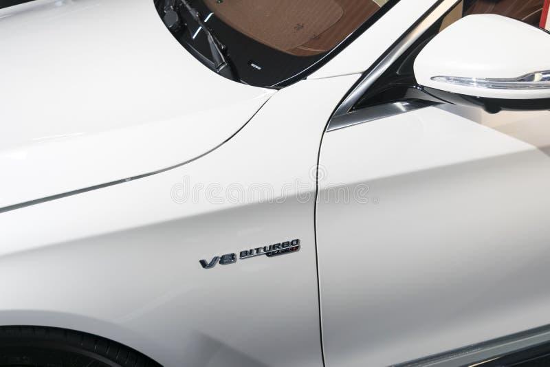Vista lateral de Mercedes Benz S 63 AMG 4Matic 2018 Detalles del exterior del coche Logotipo de V8 BI-turbo, muestra imagen de archivo libre de regalías