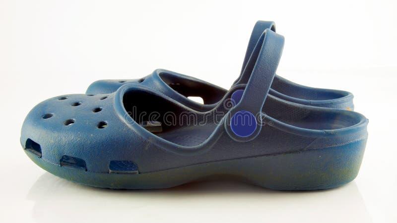 Vista lateral de sapatas plásticas azuis fotografia de stock