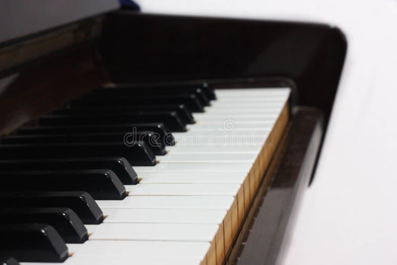 Vista lateral de telhas do piano em um fundo branco isolado fotografia de stock royalty free