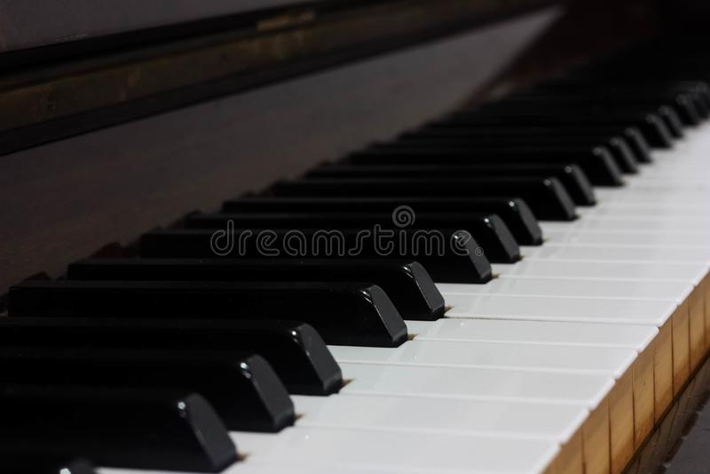 Vista lateral de telhas de madeira de um piano imagens de stock royalty free