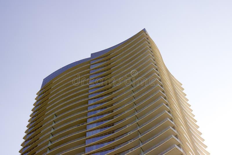Vista lateral de uma construção de escritório empresarial moderna com saliências em cada assoalho imagens de stock
