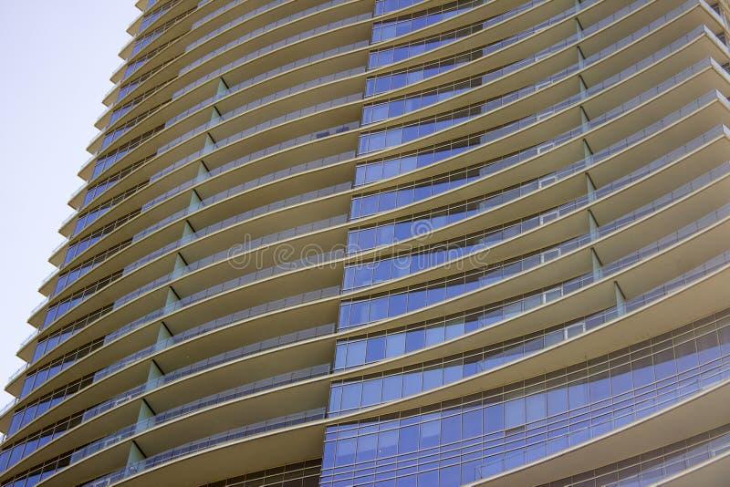 Vista lateral de uma construção de escritório empresarial moderna com saliências em cada assoalho imagens de stock royalty free