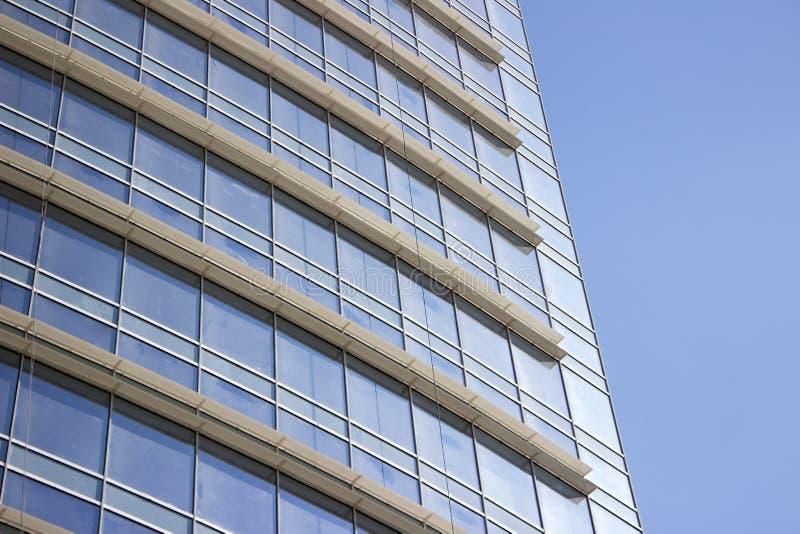 Vista lateral de uma parede incorporada da janela de vidro com mini saliências foto de stock royalty free