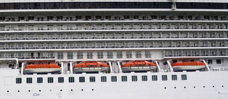 Vista lateral de un barco de cruceros con los botes salvavidas y el balcón de las cabinas imágenes de archivo libres de regalías