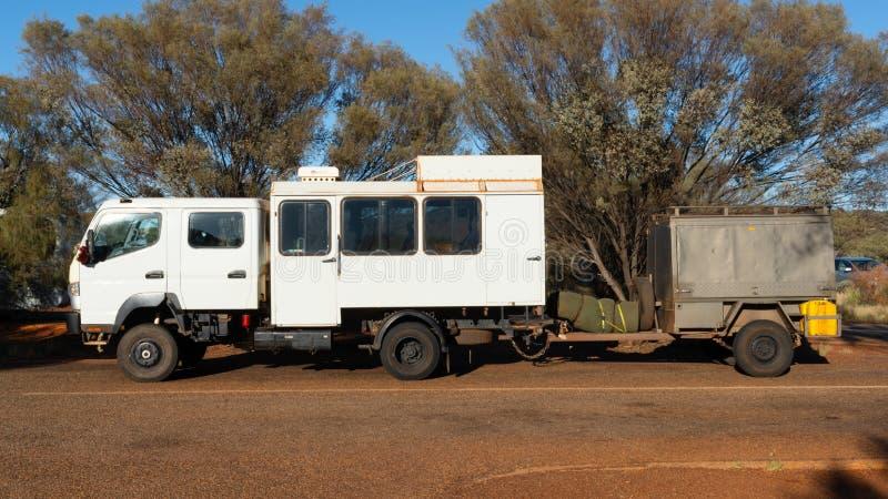 Vista lateral de un camión del safari 4WD en el interior Australia fotos de archivo libres de regalías