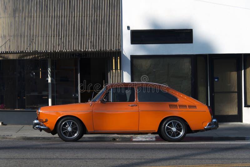 Vista lateral de un coche clásico del vintage en la calle foto de archivo libre de regalías