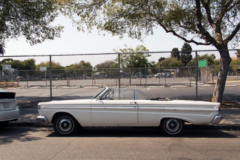 Vista lateral de un coche clásico del vintage en la calle fotos de archivo