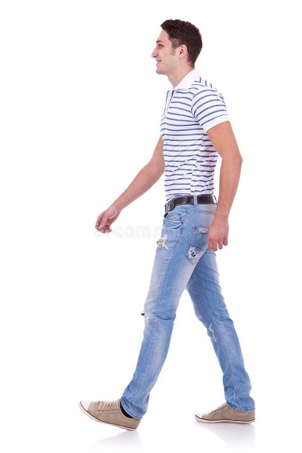 Vista lateral de un hombre de la manera que recorre adelante imagen de archivo libre de regalías