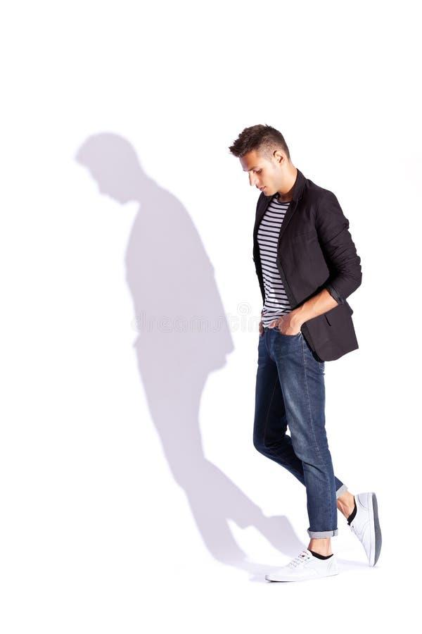 Vista lateral de un hombre joven de la manera fotos de archivo libres de regalías