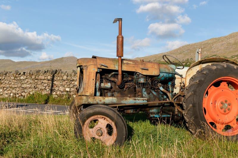 Vista lateral de un tractor agrícola oxidado abandonado viejo en GR imágenes de archivo libres de regalías
