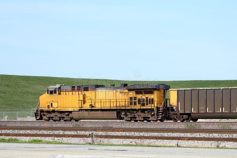 Vista lateral de un tren de carga imagen de archivo