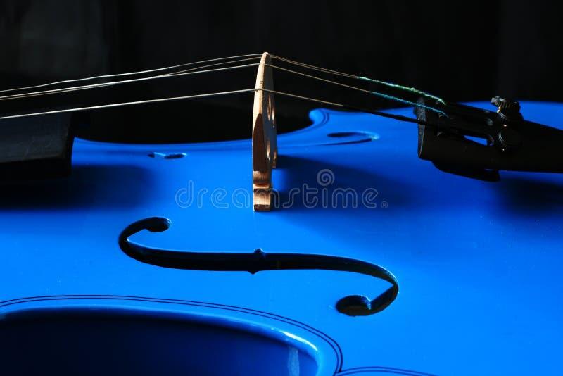 Vista lateral de un violín azul fotos de archivo