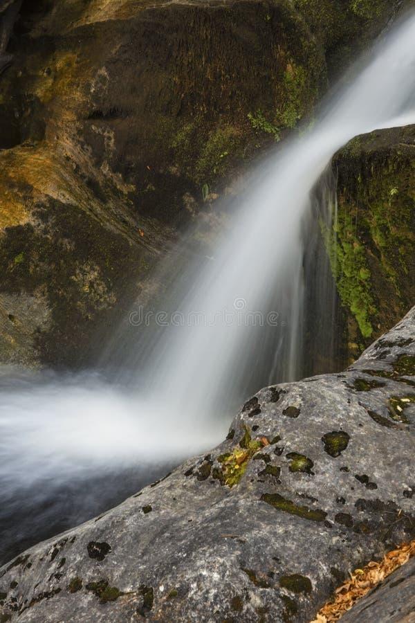 Vista lateral de una cascada superior en Kent Falls State Park imagen de archivo