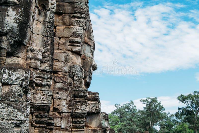 Vista lateral de una estatua tallada roca en Ankgor Thom, Camboya - sitio 1992 del patrimonio mundial de la UNESCO imagen de archivo libre de regalías