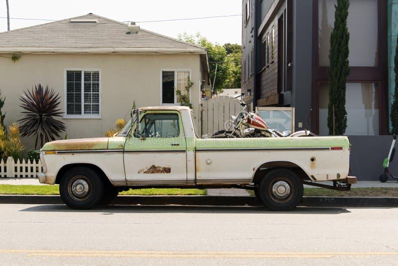 Vista lateral de una furgoneta clásica del coche del vintage en la calle imágenes de archivo libres de regalías