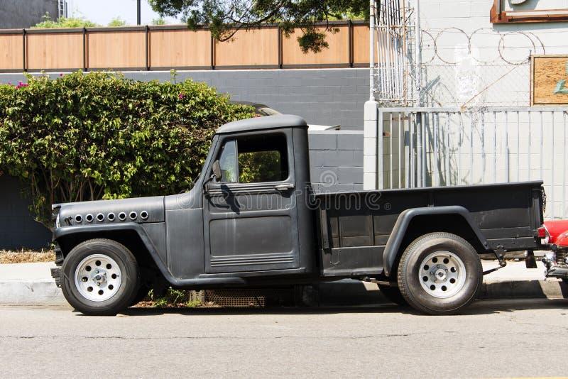 Vista lateral de una furgoneta clásica del coche del vintage en la calle fotos de archivo libres de regalías