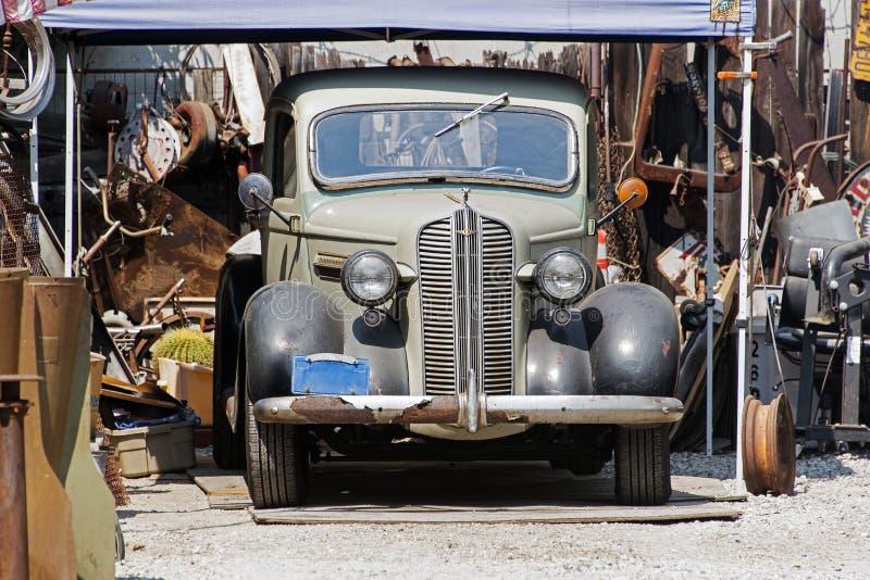 Vista lateral de una furgoneta clásica del coche del vintage en la calle fotografía de archivo libre de regalías