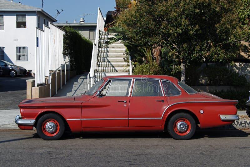 Vista lateral de una furgoneta clásica del coche del vintage en la calle fotos de archivo