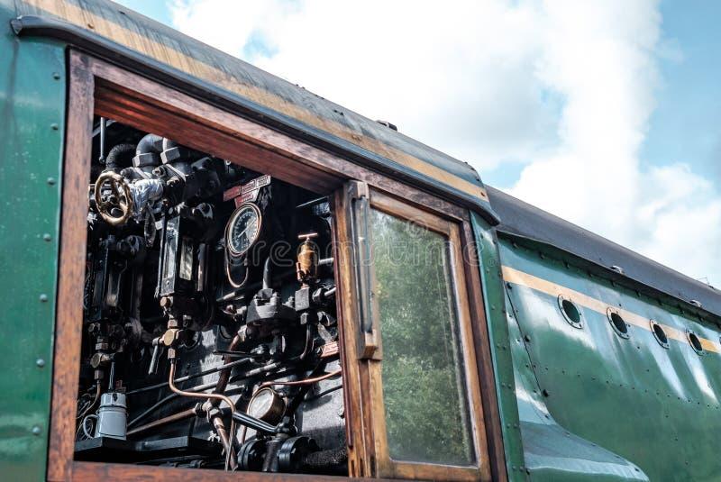 Vista lateral de una locomotora de vapor británica famosa, mostrando el detalle de la cabina de conducción, con sus indicadores y fotos de archivo libres de regalías