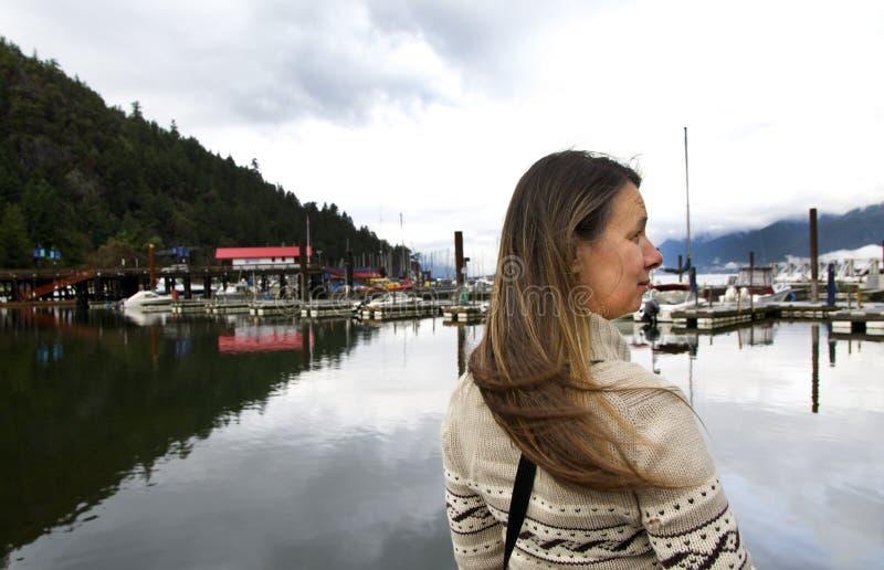 Vista lateral de una mujer de mediana edad sana en puerto deportivo foto de archivo libre de regalías