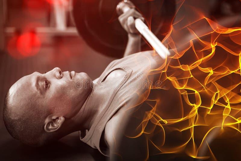 Vista lateral del atleta de sexo masculino resuelto que ejercita con el barbell foto de archivo libre de regalías
