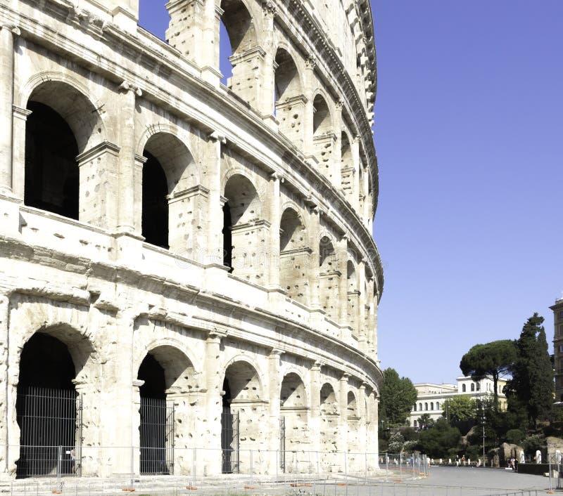 Vista lateral del coliseo de Colosseum en Roma Italia foto de archivo