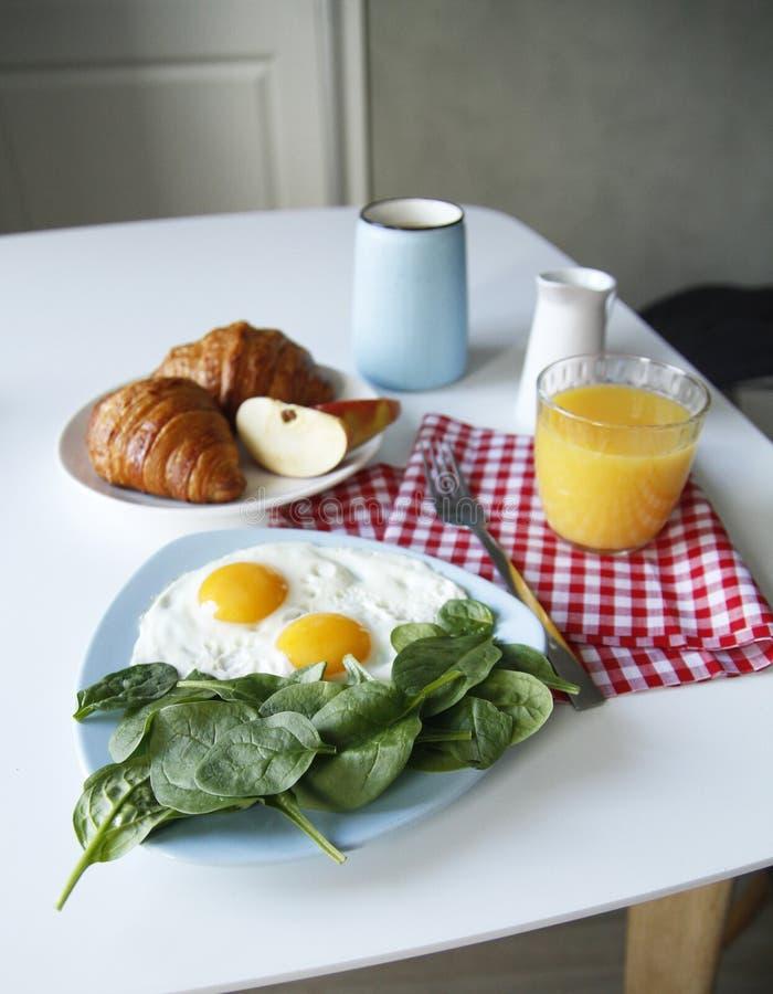 Vista lateral del desayuno Fondo ligero fotografía de archivo libre de regalías
