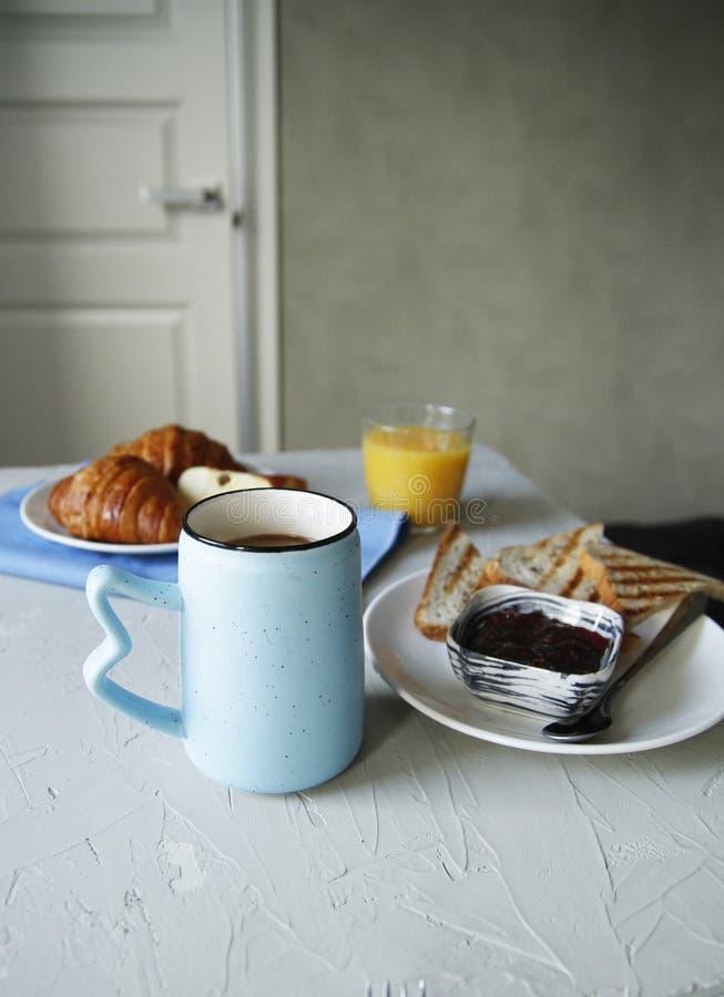 Vista lateral del desayuno Fondo ligero tostadas, cruasanes foto de archivo libre de regalías
