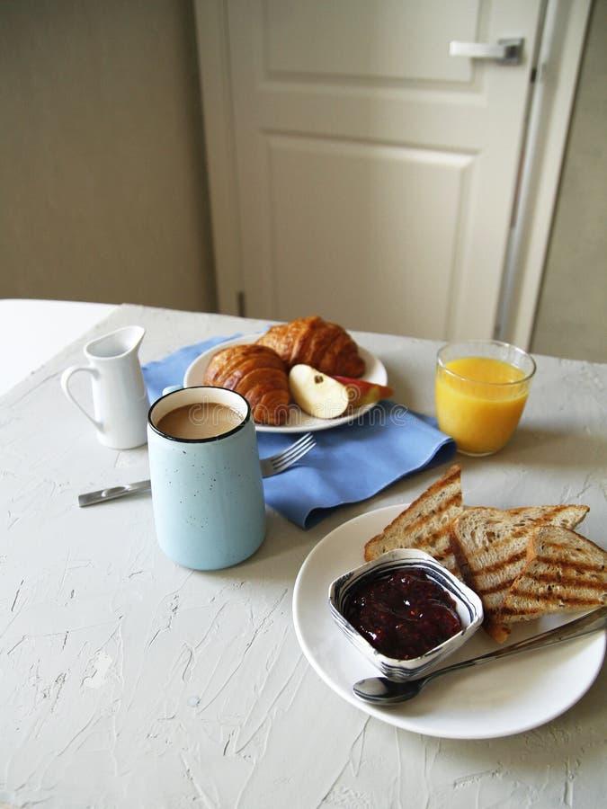 Vista lateral del desayuno Fondo ligero tostadas, cruasanes imagen de archivo libre de regalías