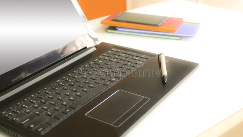 Vista lateral del detalle de un teclado de ordenador portátil fotografía de archivo libre de regalías