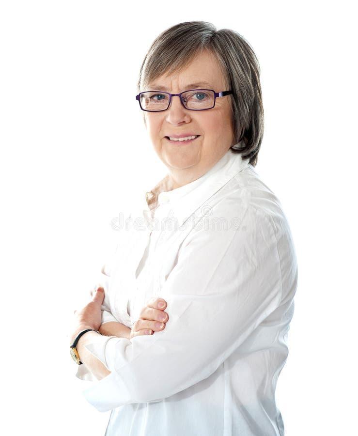 Vista lateral del encargado de sexo femenino mayor sonriente fotografía de archivo libre de regalías