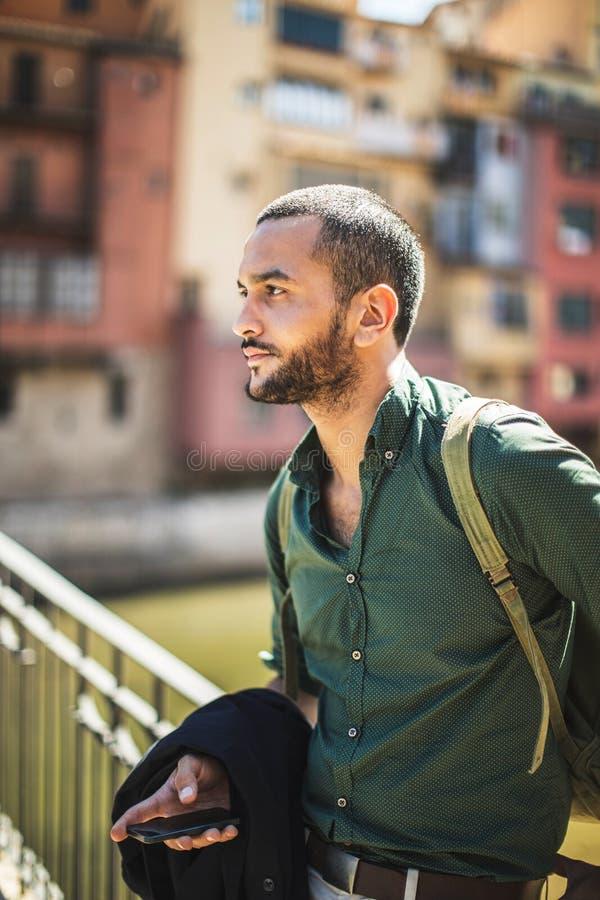 Vista lateral del hombre barbudo serio que se coloca en el puente y la mirada foto de archivo libre de regalías