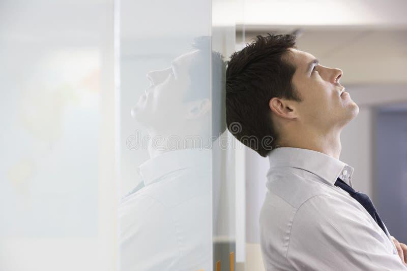 Vista lateral del hombre de negocios infeliz imagen de archivo