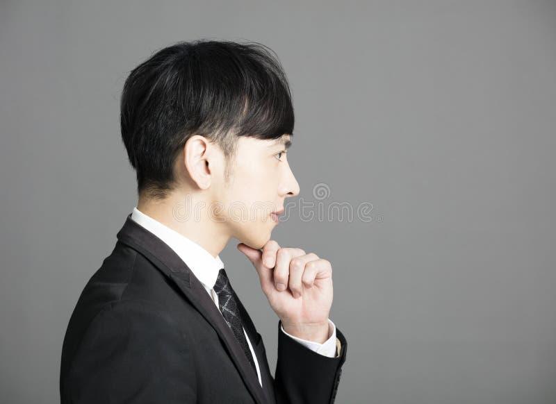 Vista lateral del hombre de negocios joven serio imagen de archivo libre de regalías